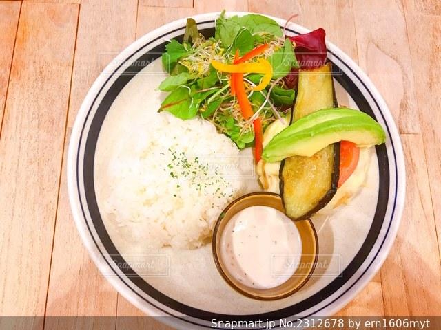 皿の上の食べ物のボウルの写真・画像素材[2312678]