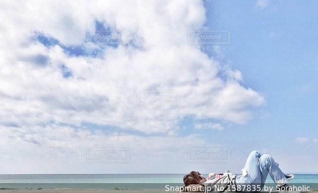 地元のビーチでお昼寝の写真・画像素材[1587835]