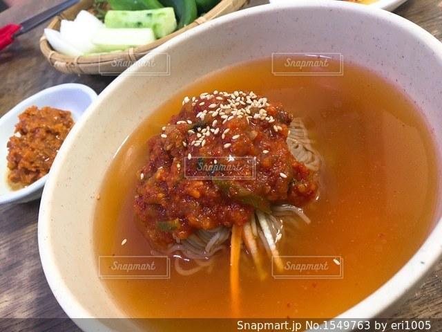 肉と野菜一杯のスープのボウルの写真・画像素材[1549763]