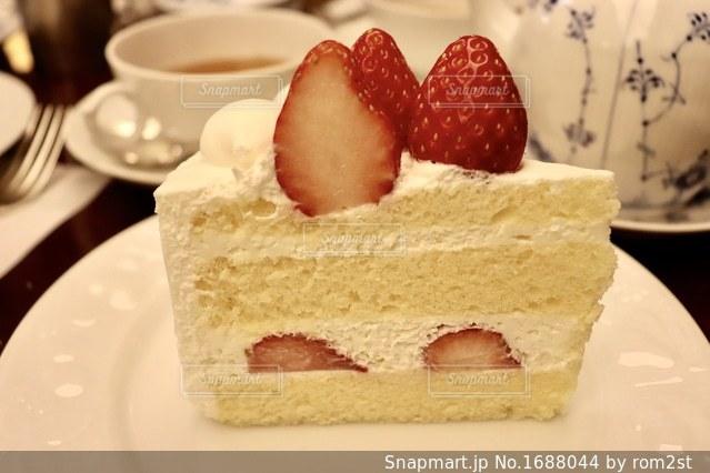 皿の上のショートケーキの写真・画像素材[1688044]