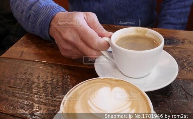 コーヒーカップを持つ男性の写真・画像素材[1781946]