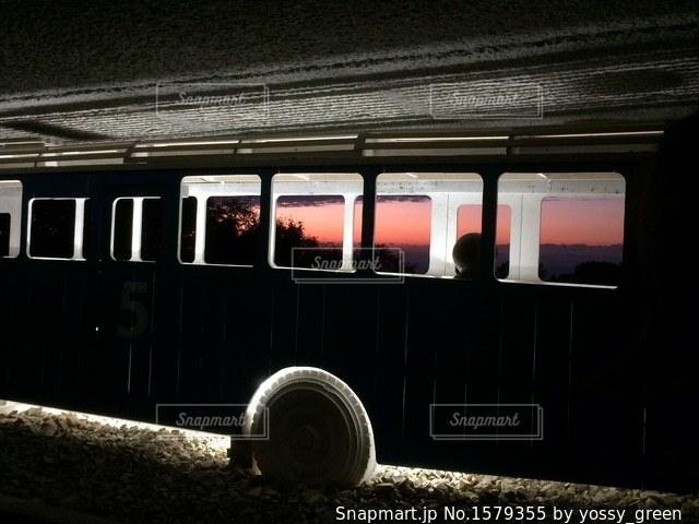 夕暮れとバスの写真・画像素材[1579355]