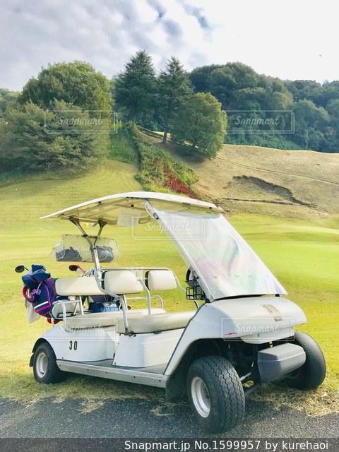 フェアウェイのゴルフカートの写真・画像素材[1599957]