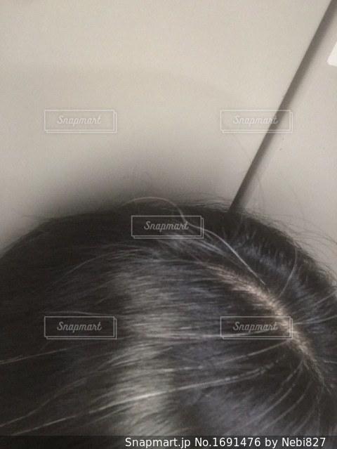 いつの間にかにこんなに白髪(´°̥̥̥̥̥̥̥̥ω°̥̥̥̥̥̥̥̥`)の写真・画像素材[1691476]