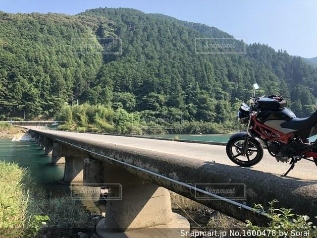 川の脇に駐車バイクの写真・画像素材[1600478]
