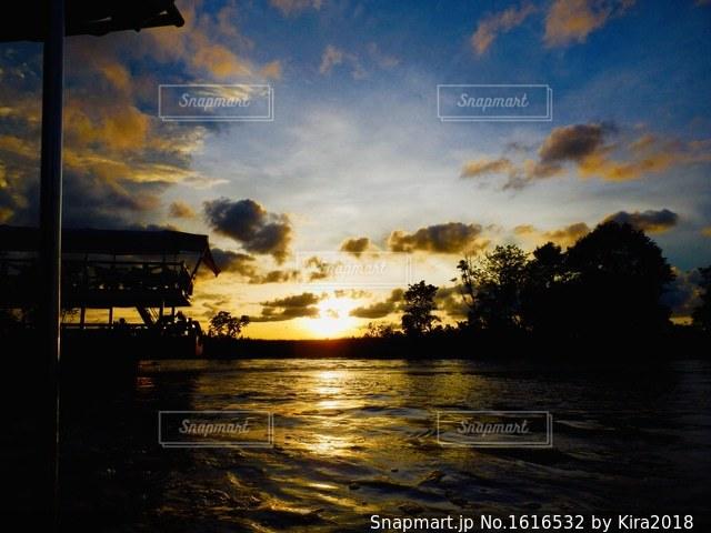 水の体に沈む夕日の写真・画像素材[1616532]