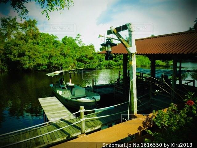 水の体の緑色のボートの写真・画像素材[1616550]