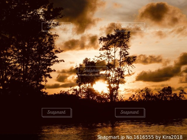 水の体に沈む夕日の写真・画像素材[1616555]