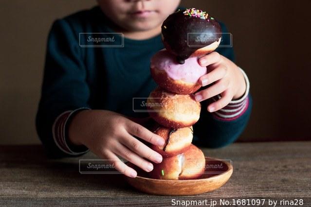 食品の小片を持っている手の写真・画像素材[1681097]