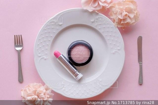 テーブルの上に食べ物のプレートの写真・画像素材[1713785]
