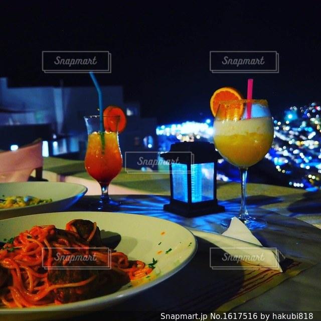 テーブルの上に食べ物のプレートの写真・画像素材[1617516]