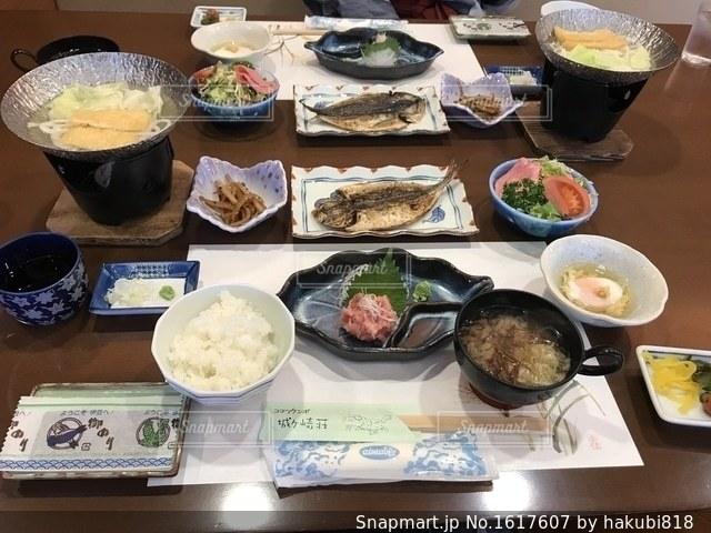 テーブルの上に食べ物の束の写真・画像素材[1617607]