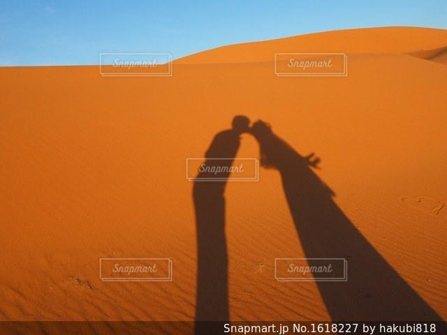 背景にオレンジ色の夕日の写真・画像素材[1618227]