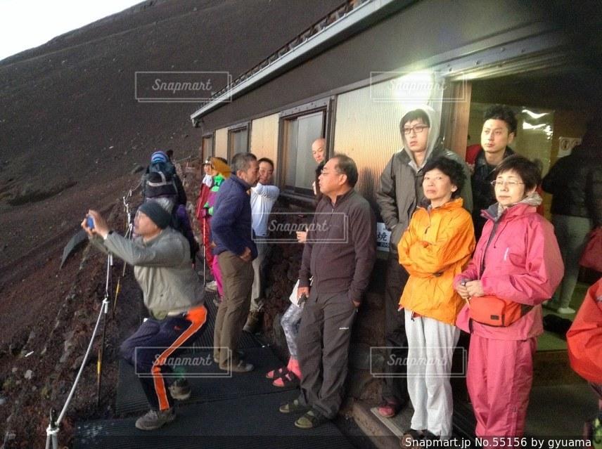 家族,クローズド,朝日,御来光を観る人,見の写真素材