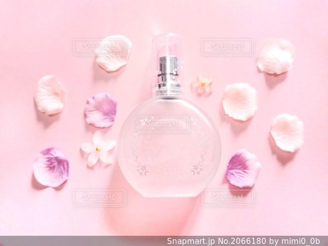 香水とお花の写真・画像素材[2066180]