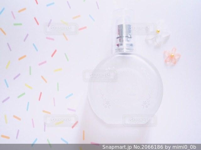 香水とお花の写真・画像素材[2066186]