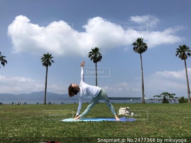 公園でヨガをする女性の写真・画像素材[2477366]