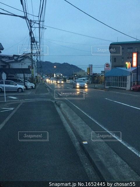 夕暮れの県道の写真・画像素材[1652445]