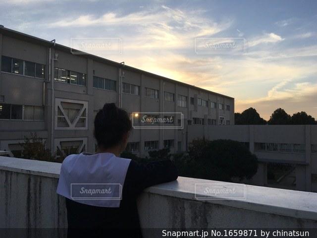 夕日を眺める女子高生の写真・画像素材[1659871]