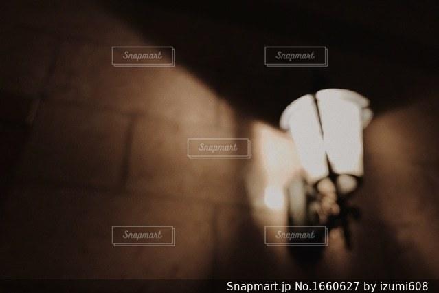 暗い部屋で人の写真・画像素材[1660627]