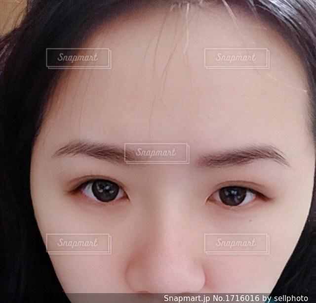 近くに黒い髪と白いシャツを着ている少女のの写真・画像素材[1716016]