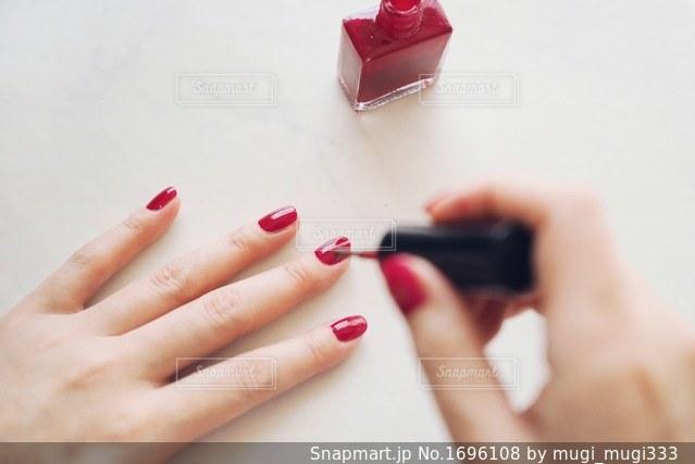 爪に赤いマニキュアを塗るの写真・画像素材[1696108]