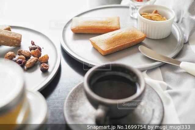 フィナンシェとコーヒーカップの写真・画像素材[1699754]