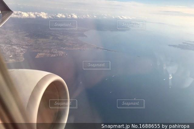 空を飛んでいる飛行機の写真・画像素材[1688655]