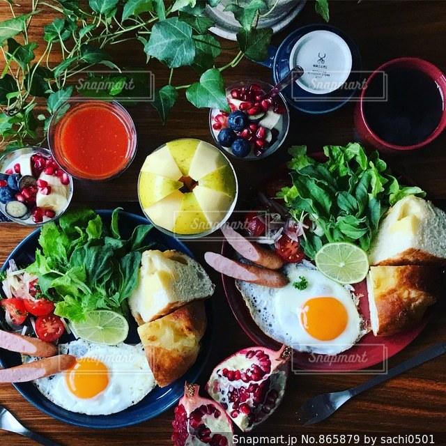 テーブルの上に並んだ料理の写真・画像素材[865879]