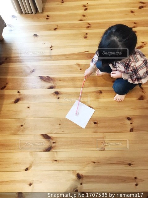 手作り掃除用具で床拭き中の写真・画像素材[1707586]
