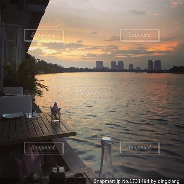 川辺のレストランから眺める夕焼けの写真・画像素材[1731494]