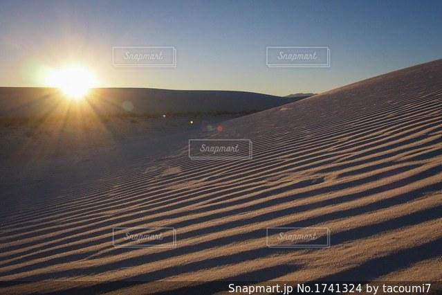 砂漠と夕日の写真・画像素材[1741324]