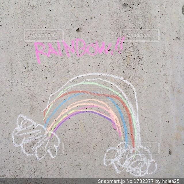 コンクリート壁に虹の落書きの写真・画像素材[1732377]