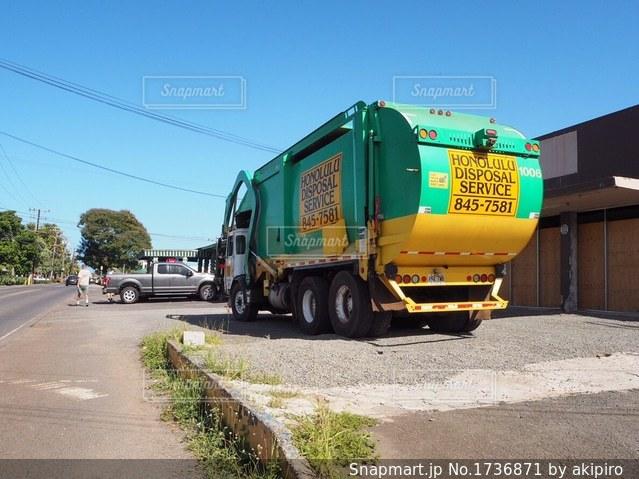ハワイにて ゴミ収集車の写真・画像素材[1736871]