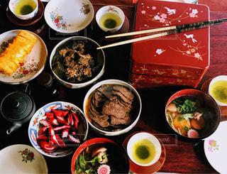 テーブルの上に食べ物の種類で満たされたボウルの写真・画像素材[1737517]