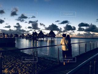 女性,風景,海,空,夜景,海外,ビーチ,夕焼け,景色,女,家,人物,浜辺,旅行,コテージ
