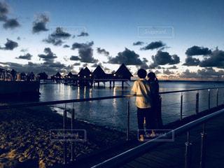 女性,男性,海,空,夕日,カップル,雲,後ろ姿,背中,旅行,デート,後ろ,コテージ