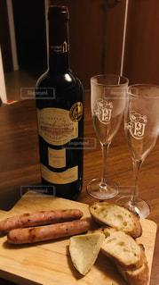木,家,パン,皿,チーズ,ワイン,グラス,フランスパン,乾杯,ドリンク,ソーセージ,ポーク,自宅,宅飲み