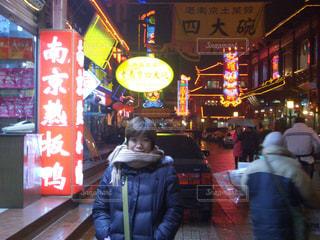 風景,冬,夜,夜景,雨,赤,ネオン,景色,観光,人物,人,旅行,中国,海外旅行,通り,飲食街,ダウン,南京
