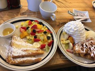 ホイップクリームとフルーツが沢山乗ったパンケーキとワッフルの写真・画像素材[1882396]