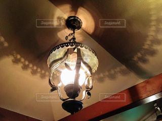 カフェ,インテリア,茶色,ライト,シャンデリア,ランプ,灯り,リラックス,癒し,照明,明かり,デザイン,暖かい,天井,装飾,喫茶店,昭和,懐かしい,ベージュ,落ち着く,内装,ミルクティー色