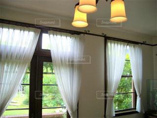 家具と大きな窓でいっぱいの部屋の写真・画像素材[2169919]