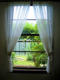 暗い部屋の窓の写真・画像素材[2169922]