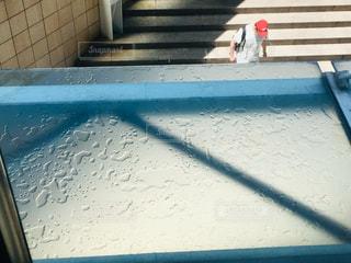 男性,雨,階段,赤,水滴,通路,雨上がり,梅雨,天気,雨粒,連絡通路,ひさし,ガラス屋根,ガラスの庇