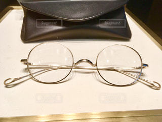 テーブルの上のサングラスの写真・画像素材[2785905]