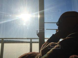 男性,1人,風景,空,屋内,太陽,朝日,部屋,ベランダ,影,シルエット,光,逆光,横顔,人,眩しい,休日,シャドウ,まぶしい,考えごと,ひかる,モデルss