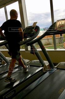 男性,1人,スポーツ,屋内,ウォーキング,室内,窓,景色,人物,窓辺,ランニング,運動,トレーニング,エクササイズ,ジム,ダイエット,トレーニングジム,運動器具,モデルss