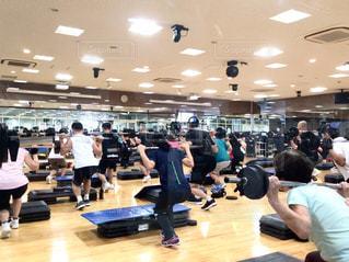 5人以上,スポーツ,ライト,床,人物,たくさん,健康,運動,美容,男女,グループ,施設,トレーニング,エクササイズ,ジム,複数,設備,スタジオ,ライフ,体力,スポーツジム,有酸素運動,ウエイトトレーニング,スポーツウェア,ヘルスケア,プログラム,トレーニングジム,運動器具,筋力トレーニング,鍛える,グループパワー,スタジオプログラム