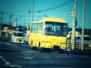 空,屋外,車,黄色,道路,人物,人,バス,スクールバス,運転手,イエロー,カラー,色,黄,交通,大型,ワゴン,学校生活