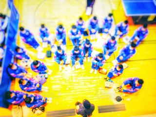スポーツ,屋内,黄色,女,女子,男,男子,鮮やか,床,人物,背中,人,体育館,イエロー,試合,カラー,色,黄,大会,卓球,卓球台,ミーティング,学校生活